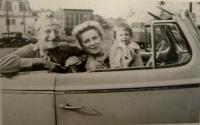 С первой женой Элинор и дочерью Эллен, 1943
